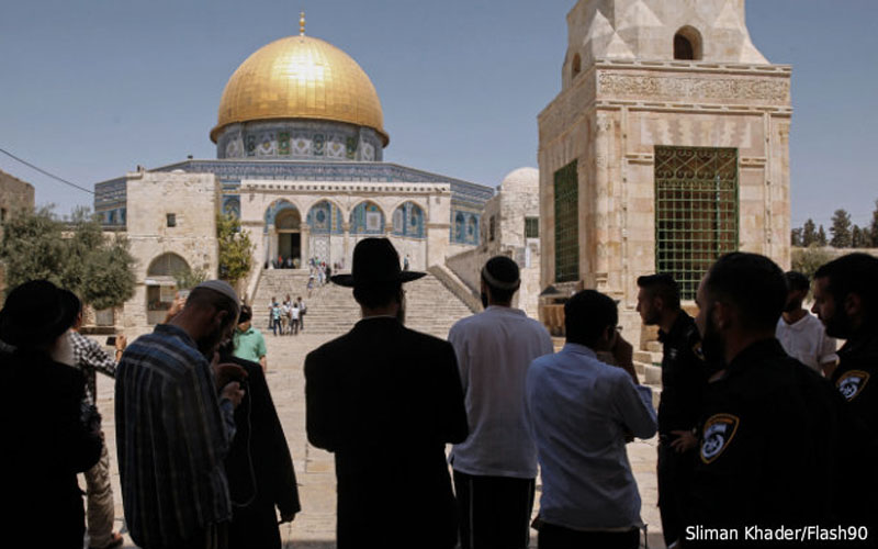 Jew Detector: Jews Openly Pray Atop Temple Mount For First Time In